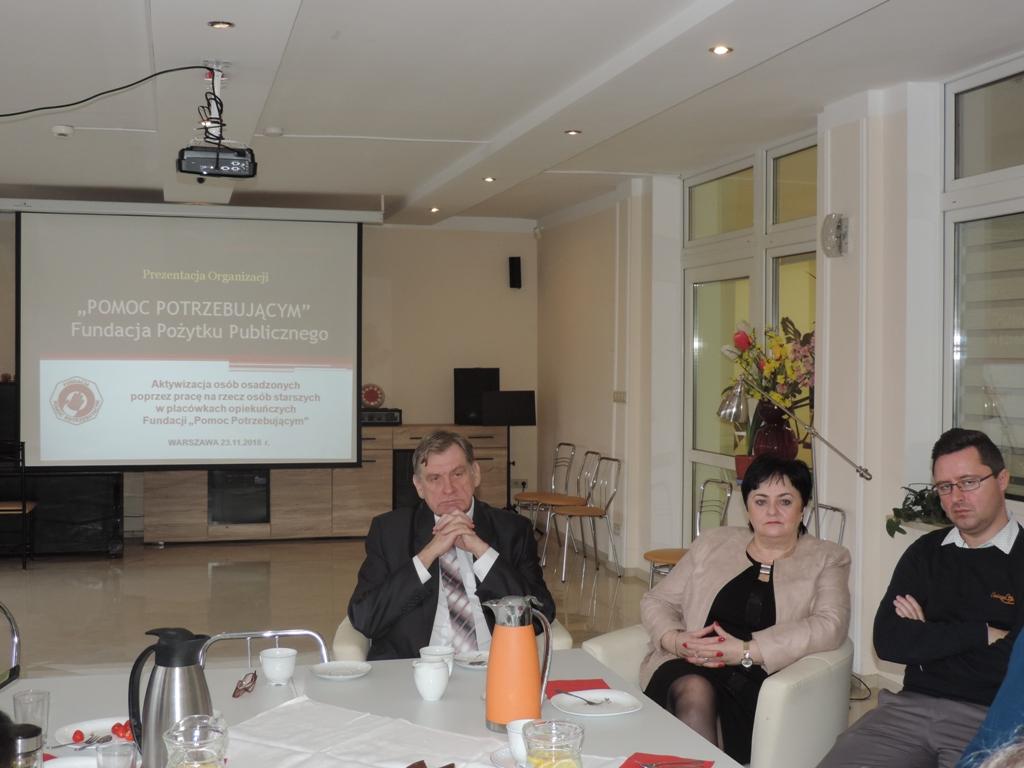 Przedstawiciele Fundacji. Od lewej: Prezes Fundacji Pan Jerzy KAMIŃSKI, Wiceprezes Fundacji Pani Barbara MARCZAK, Prawnik Fundacji Pan Mateusz PARADOWSKI.